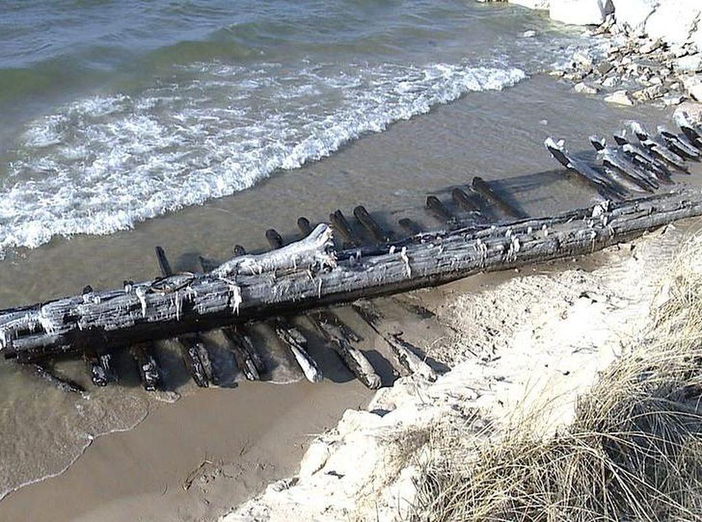 Bangkai Kapal dari Tahun 1880-an Tiba-Tiba Muncul di Tepi Danau