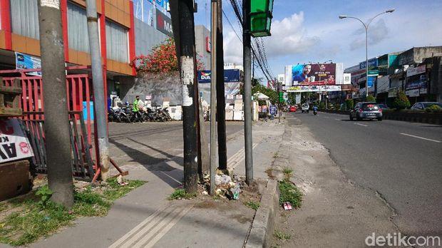 Kondisi cetakan pemandu (guiding block) di jalan protokol Kota Cilegon, Banten, membahayakan tunanetra (M Iqbal/detikcom))