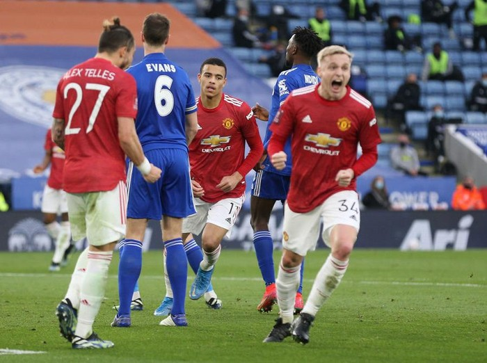 LEICESTER, ENGLAND - MARCH 21: Mason Greenwood of Manchester United celebrates after scoring their sides first goal during the Emirates FA Cup Quarter Final  match between Leicester City and Manchester United at The King Power Stadium on March 21, 2021 in Leicester, England. Sporting stadiums around the UK remain under strict restrictions due to the Coronavirus Pandemic as Government social distancing laws prohibit fans inside venues resulting in games being played behind closed doors.  (Photo by Alex Pantling/Getty Images)