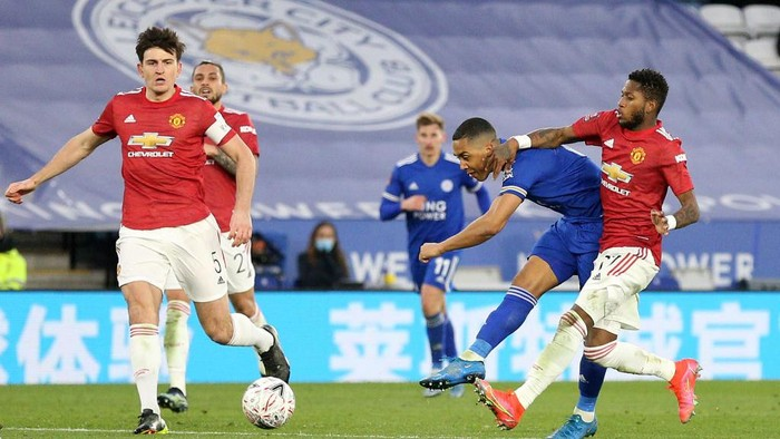 LEICESTER, ENGLAND - MARCH 21: Youri Tielemans of Leicester City scores their sides second goal whilst under pressure from Fred of Manchester United during the Emirates FA Cup Quarter Final  match between Leicester City and Manchester United at The King Power Stadium on March 21, 2021 in Leicester, England. Sporting stadiums around the UK remain under strict restrictions due to the Coronavirus Pandemic as Government social distancing laws prohibit fans inside venues resulting in games being played behind closed doors.  (Photo by Alex Pantling/Getty Images)