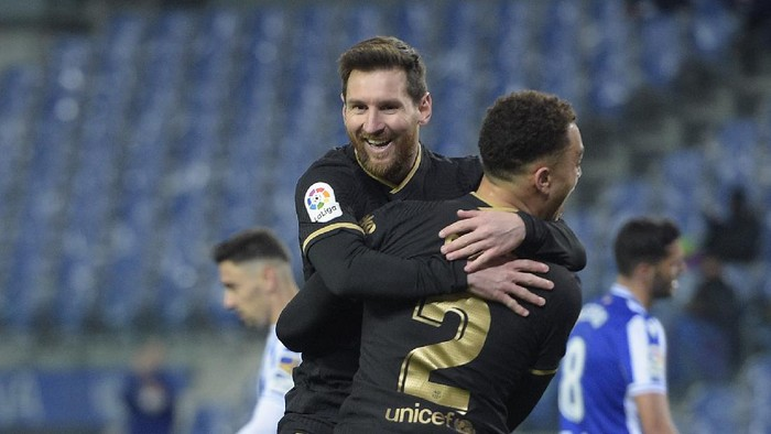 SAN SEBASTIAN, SPAIN - MARCH 21: Sergino Dest of FC Barcelona celebrates with Lionel Messi after scoring their sides third goal during the La Liga Santander match between Real Sociedad and FC Barcelona at Estadio Anoeta on March 21, 2021 in San Sebastian, Spain. Sporting stadiums around Spain remain under strict restrictions due to the Coronavirus Pandemic as Government social distancing laws prohibit fans inside venues resulting in games being played behind closed doors.  (Photo by Juan Manuel Serrano Arce/Getty Images)