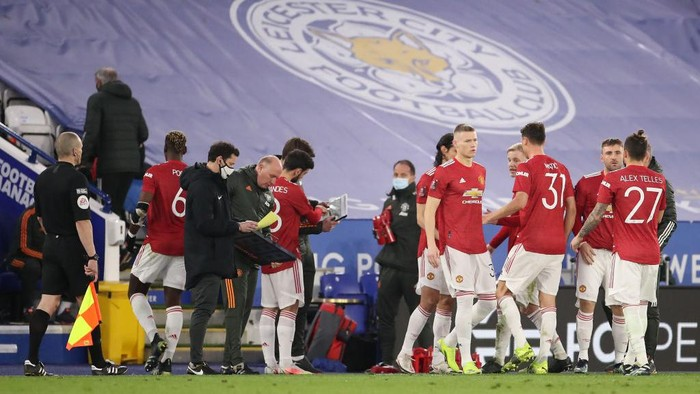 LEICESTER, ENGLAND - MARCH 21: Bruno Fernandes of Manchester United interacts with Michael Carrick, First Team Coach of Manchester United during a break in play during the Emirates FA Cup Quarter Final  match between Leicester City and Manchester United at The King Power Stadium on March 21, 2021 in Leicester, England. Sporting stadiums around the UK remain under strict restrictions due to the Coronavirus Pandemic as Government social distancing laws prohibit fans inside venues resulting in games being played behind closed doors.  (Photo by Alex Pantling/Getty Images)
