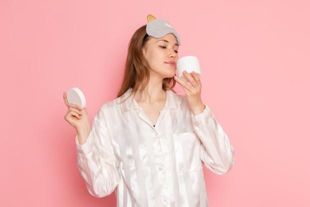 Mencium bau krim dan pastikan tidak menyengat supaya terhindar dari krim berbahaya/freepik.com