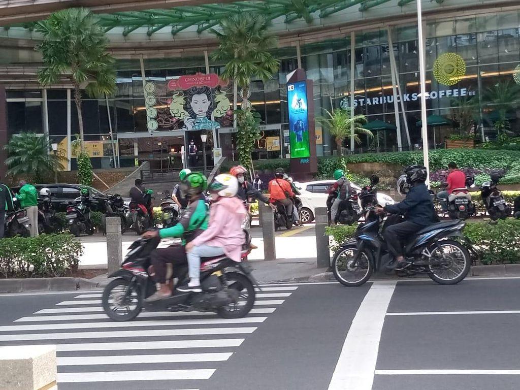 Pemotor Putar Balik di Trotoar Kuningan, Ketegasan Pemprov DKI Dinanti