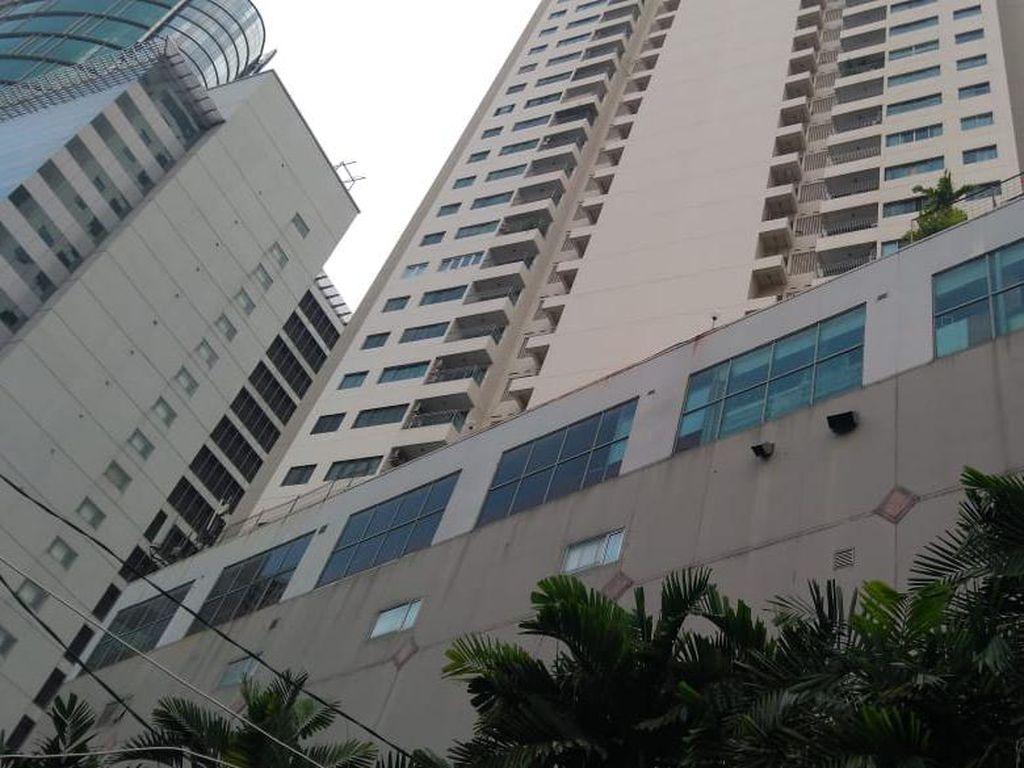 Kagetnya Tukang Nasgor Kejatuhan Bagian Tubuh Korban Jatuh dari Apartemen