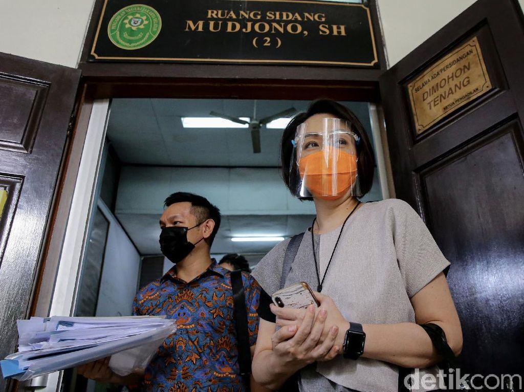 Momen Istri Dirut Taspen Hadiri Sidang Cerai Perdana
