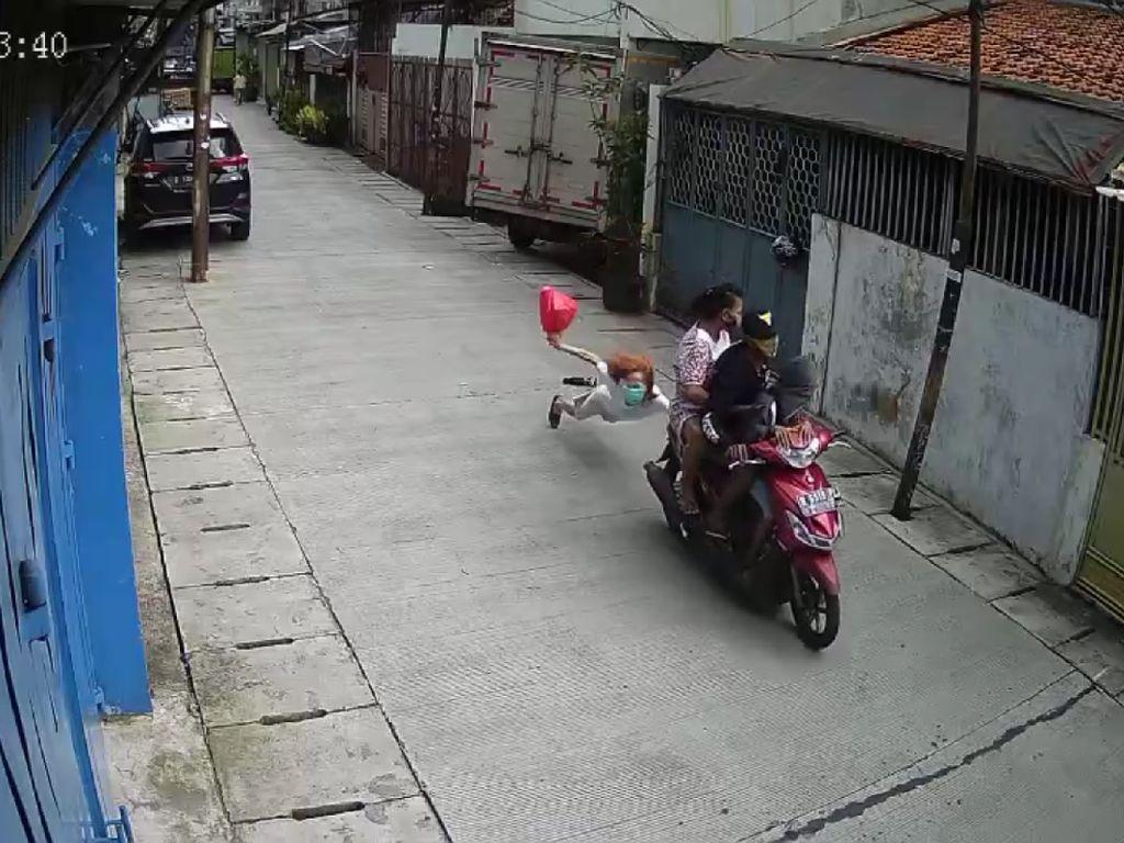 Detik-detik Lansia Terseret Saat Dijambret Pemotor Bawa Anak Kecil di Jakbar