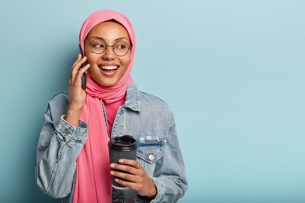 Memilih bahan hijab yang tepat untuk menjaga kesehatan rambut.