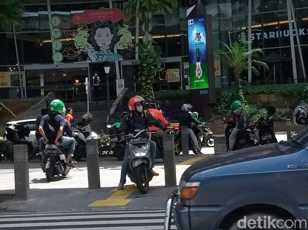 Pedestrian Jaksel Harap Pasak Trotoar Ini Dirapatkan Agar Halangi Pemotor