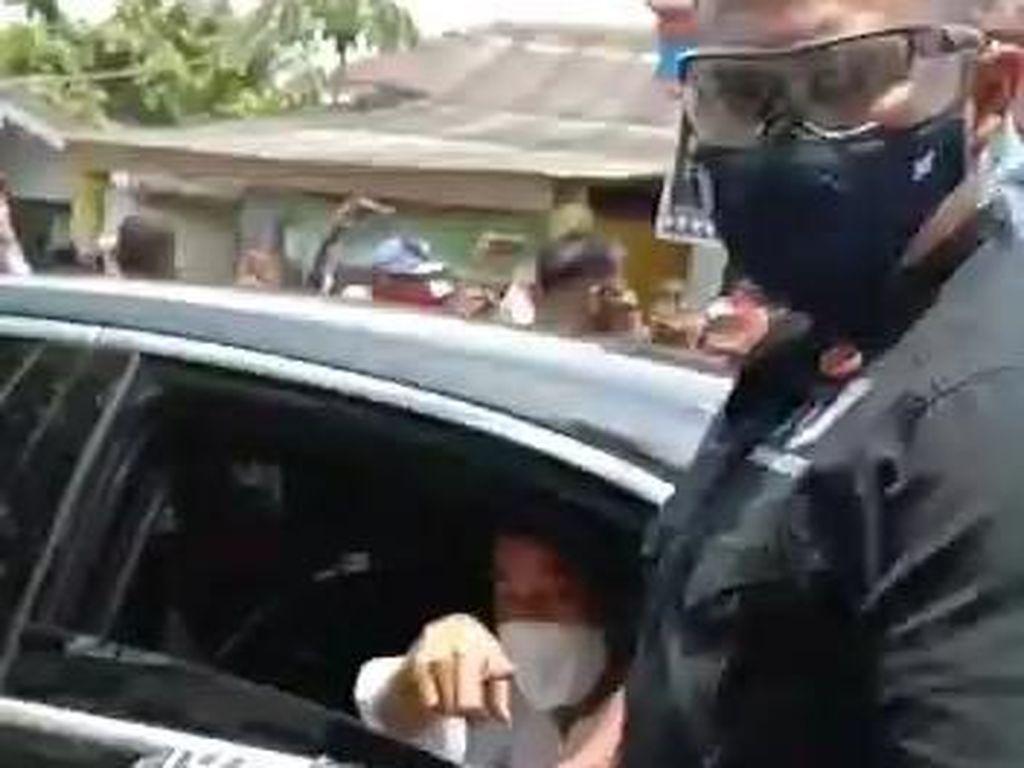 Warga Pasuruan Berebut Kaus dan Masker Pemberian Presiden Jokowi