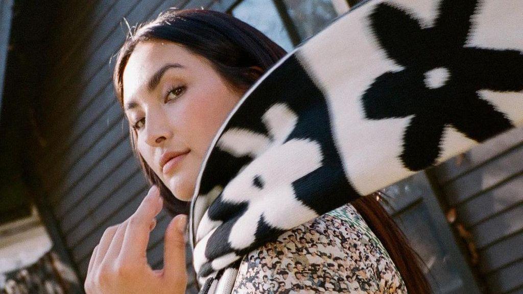 9 Potret Seksi Yumi Nu, Model Curvy Asia Pertama di Sports Illustrated