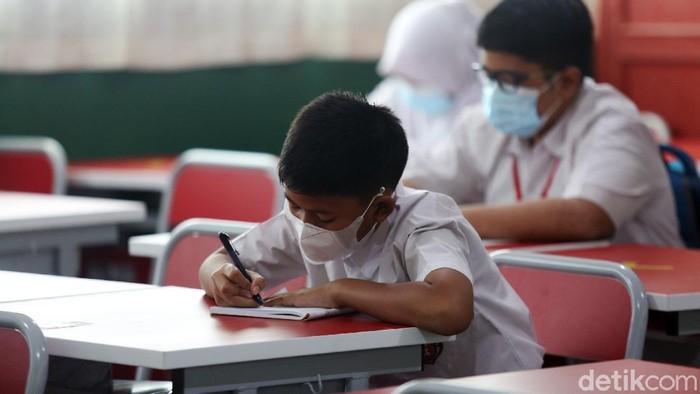 Siswa siswi belajar secara tatap muka dengan protokol kesehatan di Sekolah Dasar Pekayon Jaya 6, Kota Bekasi, Jawa Barat, Selasa (23/3/2021). Sebanyak 88 SD diberikan izin untuk menggelar pembelajaran tatap muka (PTM) berbasis adaptasi tatatan hidup baru satuan pendidikan (ATHBP-SP). Di Sekolah ini ada 3 kelas siswa SD kelas 6 yang mengikuti proses belajar tatap muka. Setiap kelas terdiri dari 15 siswa siswi.