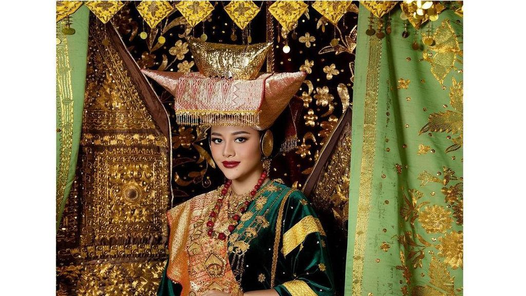 8 Potret Kecantikan Artis Foto Prewedding Pakai Adat Minang, Curi Perhatian