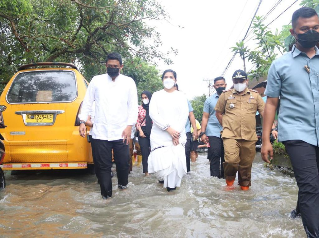 Cek Banjir di Medan Bareng Kahiyang, Bobby Janji Segera Perbaiki Parit