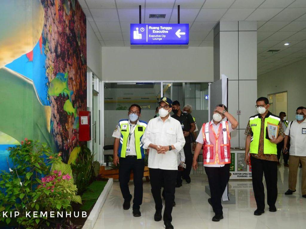 Tinjau Bandara Kuabang, Menhub Ingin Lalu Lintas Penerbangan Hidup Lagi
