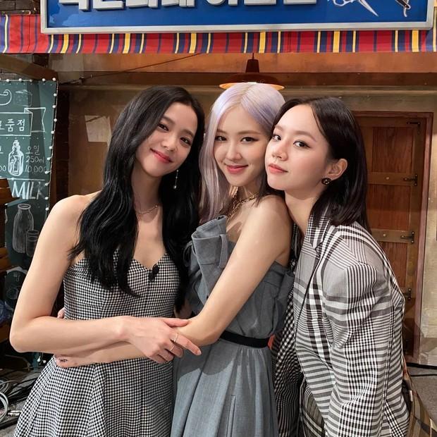 Potret Jisoo dan Rosé saat menghadiri acara Amazing Saturday yang dibintangi Hyeri
