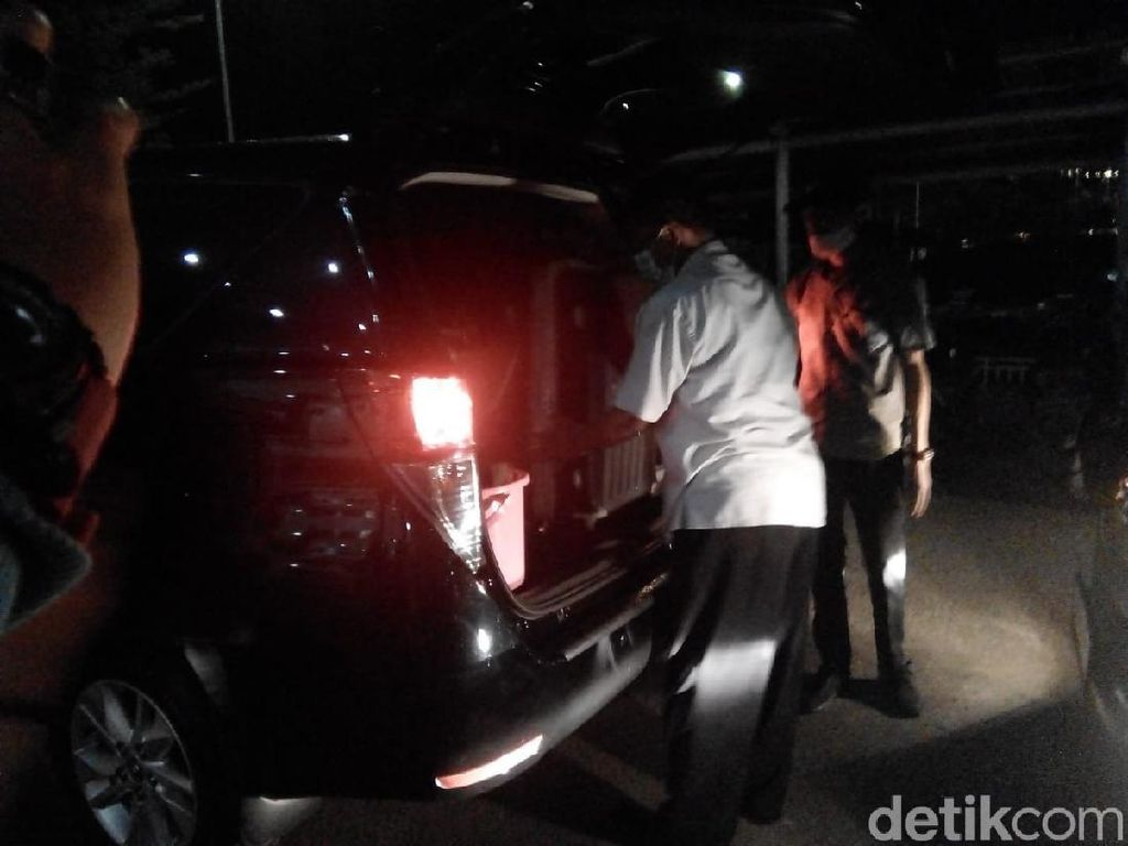 KPK Bawa 7 Koper Usai Geledah Kantor BPKD-BKPSDM Bandung Barat