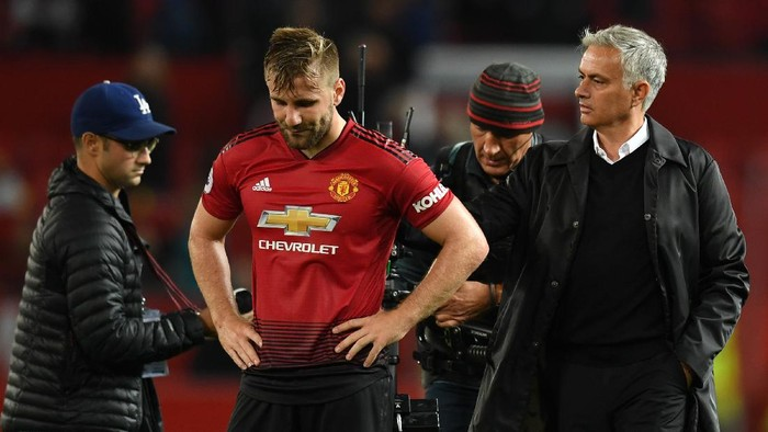 MANCHESTER, ENGLAND - AUGUST 27:  Jose Mourinho, Manager of Manchester United comforts Luke Shaw of Manchester United after the Premier League match between Manchester United and Tottenham Hotspur at Old Trafford on August 27, 2018 in Manchester, United Kingdom.  (Photo by Michael Regan/Getty Images)
