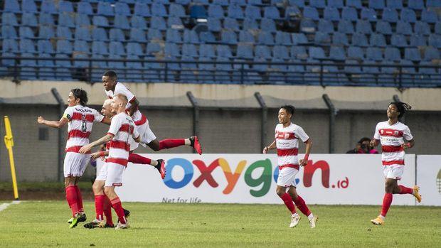 Tim pesepak bola Madura United merayakan kemenangan usai mencetak gol ke gawang PSS Sleman saat pertandingan Piala Menpora di Stadion Si Jalak Harupat, Kabupaten Bandung, Jawa Barat, Selasa (23/3/2021). Pertandingan tersebut dimenangkan Madura United 2-1. ANTARA FOTO/M Agung Rajasa/rwa.