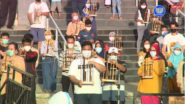 Nakes-Pasien Wisma Atlet Main Angklung Peringati 1 Tahun Lawan Corona