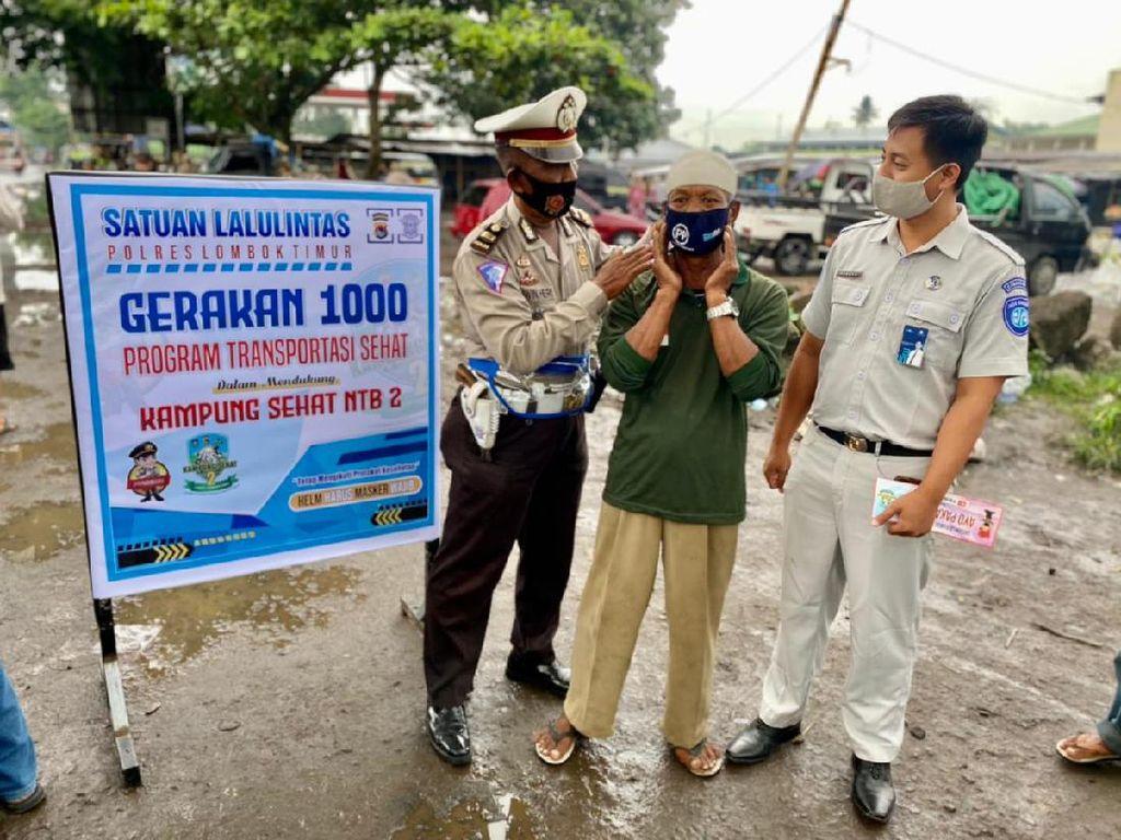 Gerakan 1.000, Satlantas Lombok Timur Bagikan Masker-Sembako