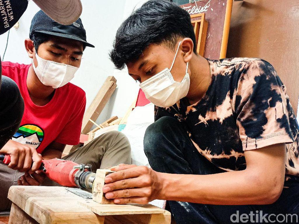 Manfaatkan Waktu Luang, Pelajar Bandung Ubah Kayu Bekas Jadi Kerajinan