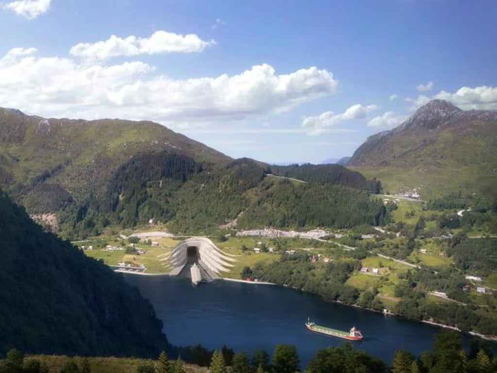 Foto: Terowongan Kapal di Bawah Gunung Norwegia