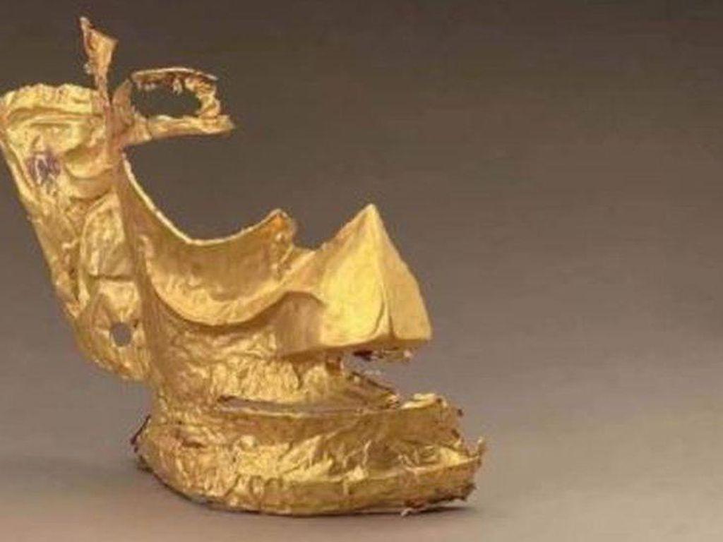 Kocak! Topeng Emas Kuno China Dipakai Ultraman dan Hello Kitty