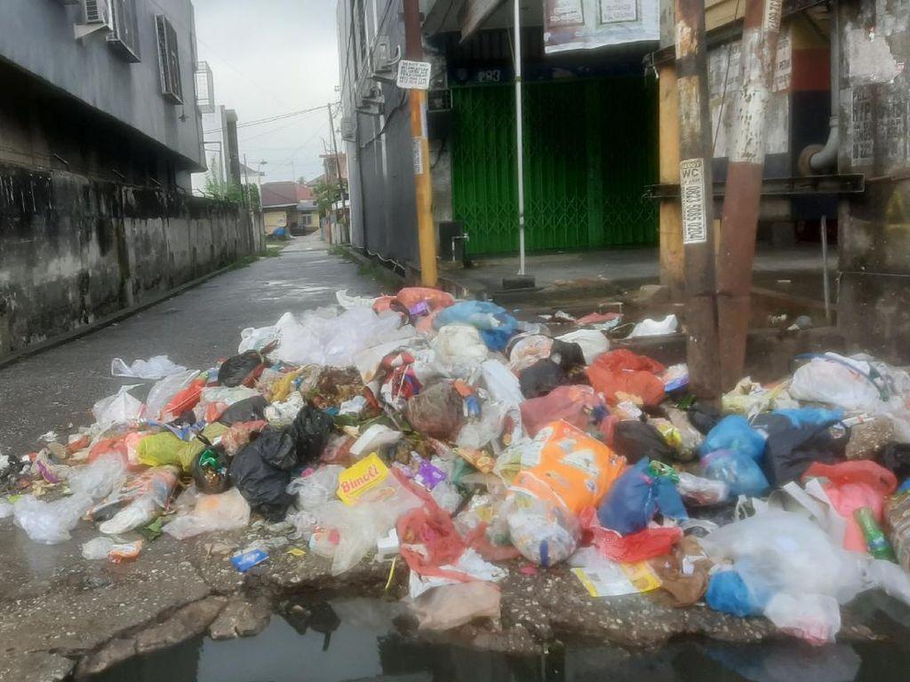 Lagi-lagi Tumpukan Sampah Bau di Pekanbaru