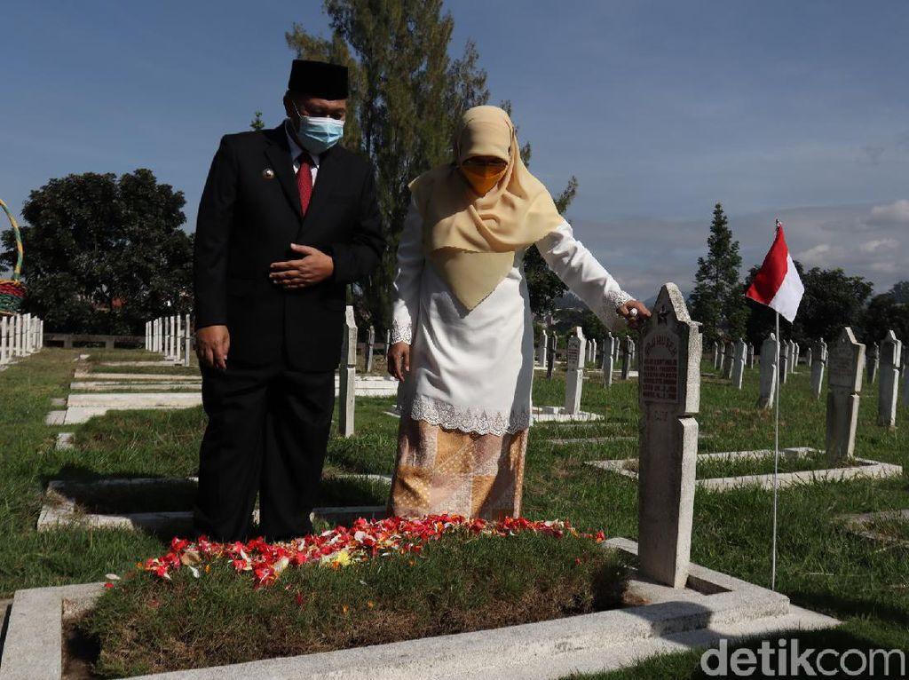 Peringati Bandung Lautan Api, Oded-Yana Ziarah ke Makam Pahlawan