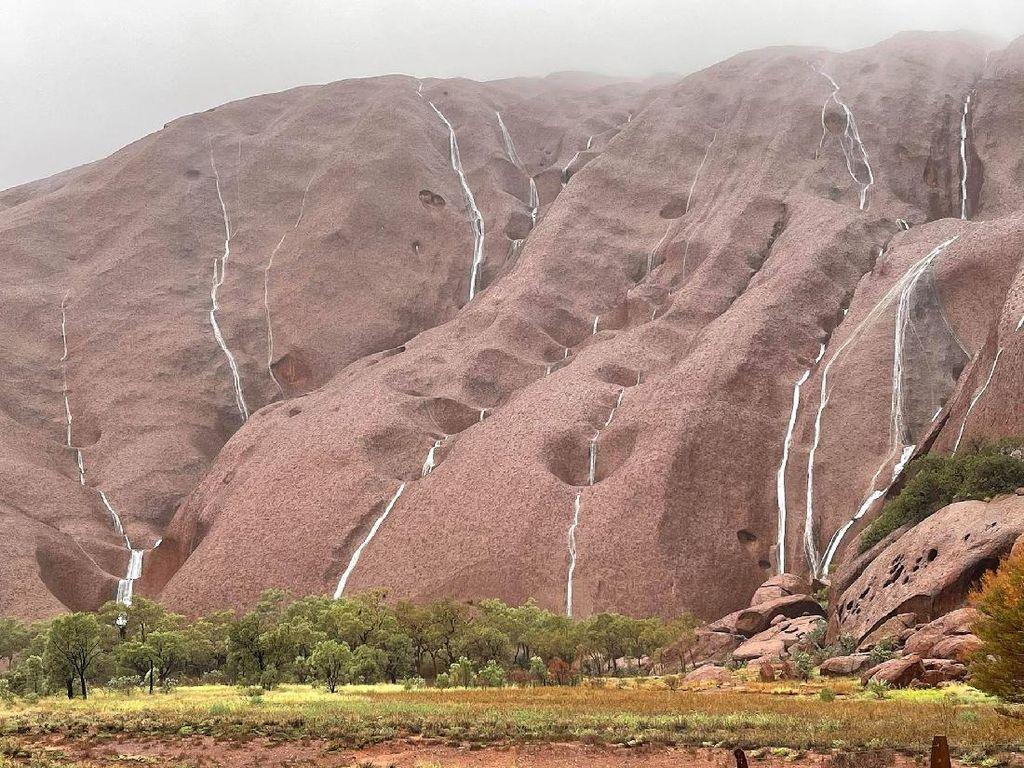 Cantiknya, Air Terjun Bermunculan di Bukit Batu Suci Australia