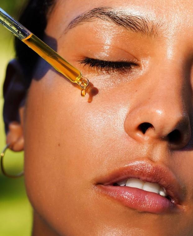 Vitamin C sendiri membantu memudarkan bintik matahari dan dapat mencerahkan serta menghaluskan kulit secara keseluruhan.