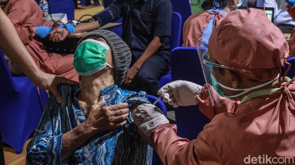 Ekspresi Para Lansia saat Disuntik Vaksin Corona
