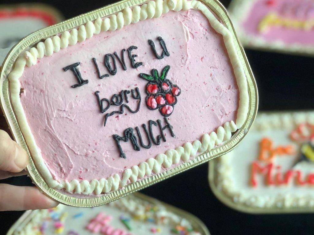 Gemas! Lunch Box Cake Ini Diberi Tulisan Pesan-pesan Manis