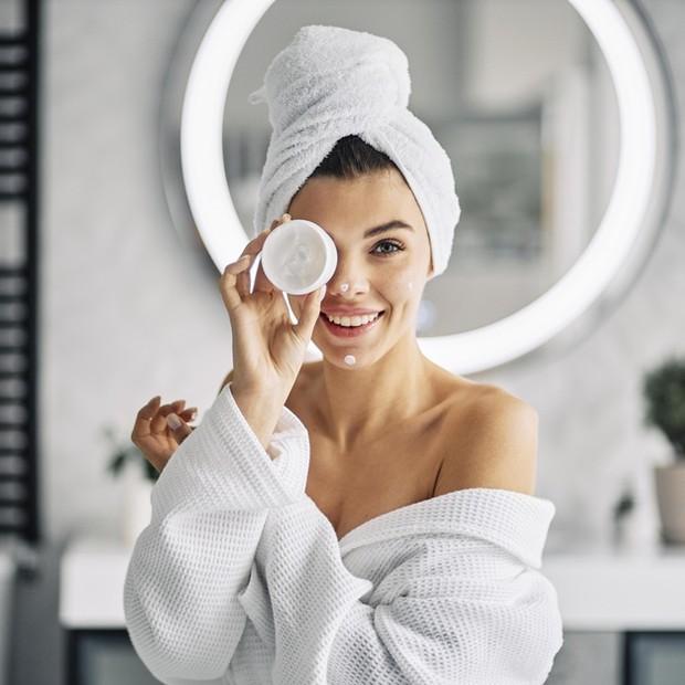 Jika kulit sangat kering, pilihlah pelembap yang mengandung hyaluronic acid karena ini sebagai pelembap di lapisan terluar kulit yang dikenal karena sifat pengikat kelembapannya.