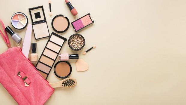 Penggunaan riasan yang berlebihan juga meningkatkan resiko munculnya mask acne.