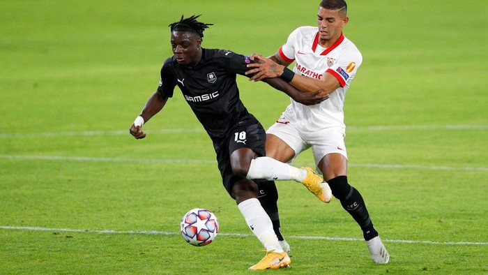 SEVILLE, SPAIN - OCTOBER 28: Jeremy Doku of Stade Rennais and Diego Carlos of Sevilla FC battle for the ball  during the UEFA Champions League Group E stage match between FC Sevilla and Stade Rennais at Estadio Ramon Sanchez Pizjuan on October 28, 2020 in Seville, Spain. Sporting stadiums around Spain remain under strict restrictions due to the Coronavirus Pandemic as Government social distancing laws prohibit fans inside venues resulting in games being played behind closed doors. (Photo by Fran Santiago/Getty Images)
