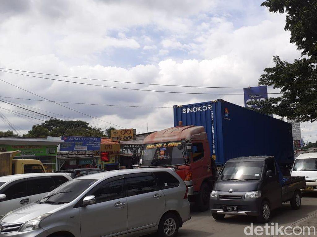 Truk-truk Besar Terus Lewati Jl Raya Legok Tangerang, Lalin Macet