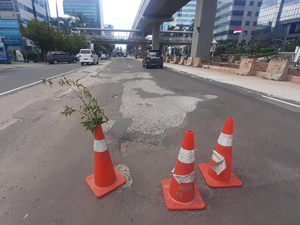 Rawan Kecelakaan, Jl HR Rasuna Said yang Rusak Dipasangi Kerucut