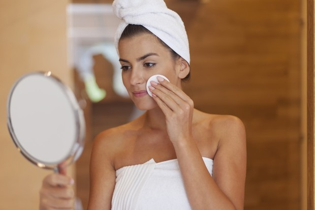 dengan eksfoliasi, kamu mengelupas sel kulit mati dan membersihkan kotoran, bakteri, kotoran dan penumpukan di permukaan kulit.