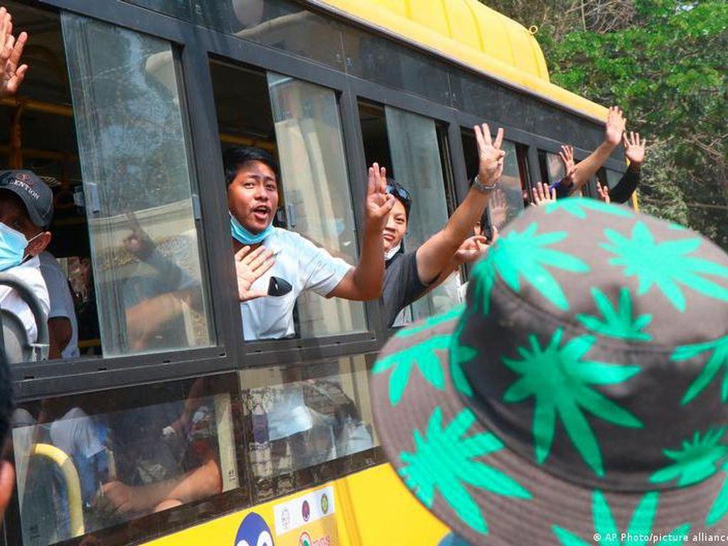 Suasana Haru saat Militer Bebaskan 23.047 Tahanan di Myanmar