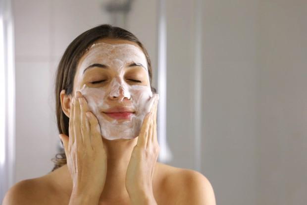 Bersihkan Wajah selalu sebelum dan sesudah memakai masker.