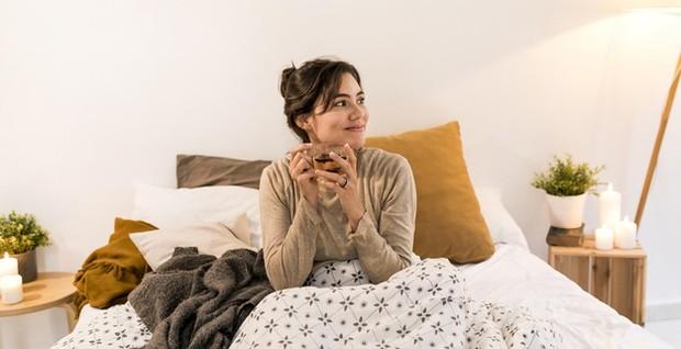 Kamu bisa menyeduh teh chamomile setengah jam atau satu jam sebelum waktu tidur untuk memberikan isyarat kepada tubuh dan pikiran kamu bahwa sudah waktunya untuk bersantai.