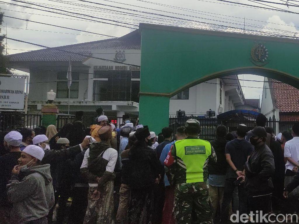 Desak Habib Rizieq Dibebaskan, Massa Simpatisan Geruduk Kejari Cianjur