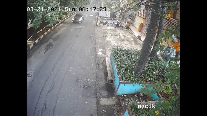 Tangkapan layar video CCTV saat pengemudi mobil melarikan diri usai tabrak bocah di Kelapa Gading