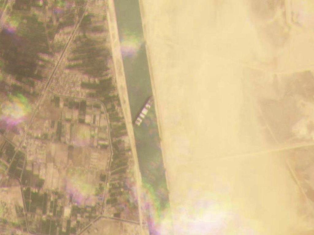 Satelit Potret Kapal Raksasa Nyangkut di Terusan Suez