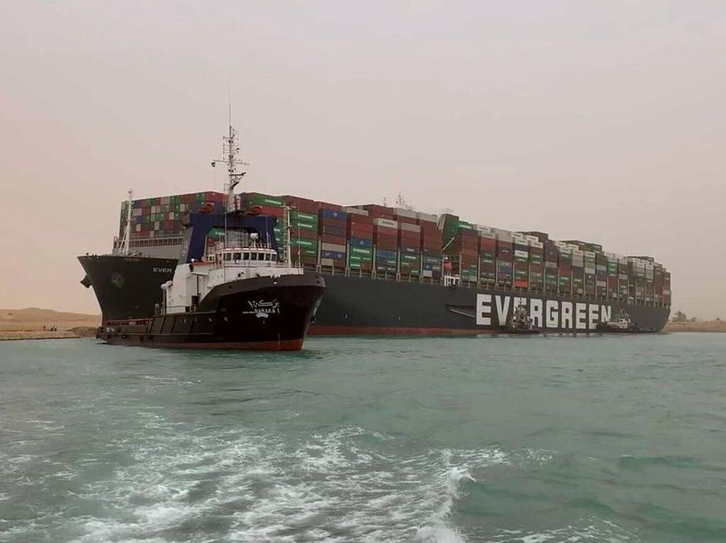 Gempar Kapal Raksasa Nyangkut di Terusan Suez Bagai Paus Terdampar