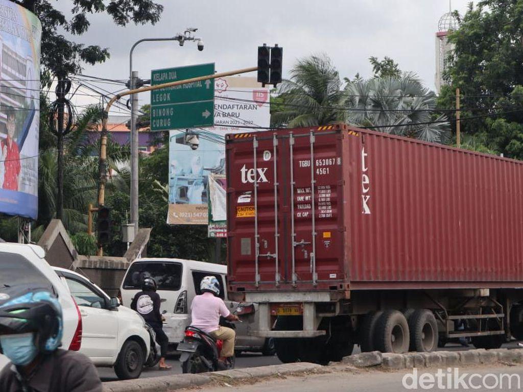 Traffic Light Jl Raya Legok Tangerang Masih Mati, Pak Ogah Beraksi