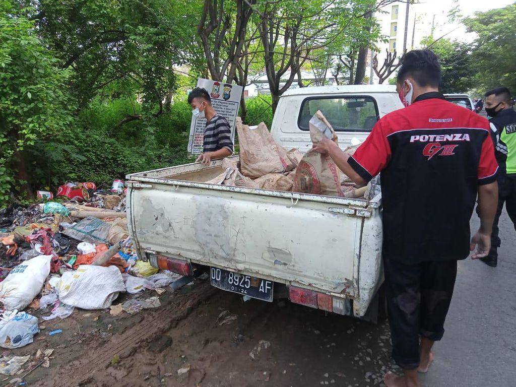 Duh! 2 Warga Makassar Ini Buang Sampah 1 Bak Pikap ke Pinggir Jalan Raya