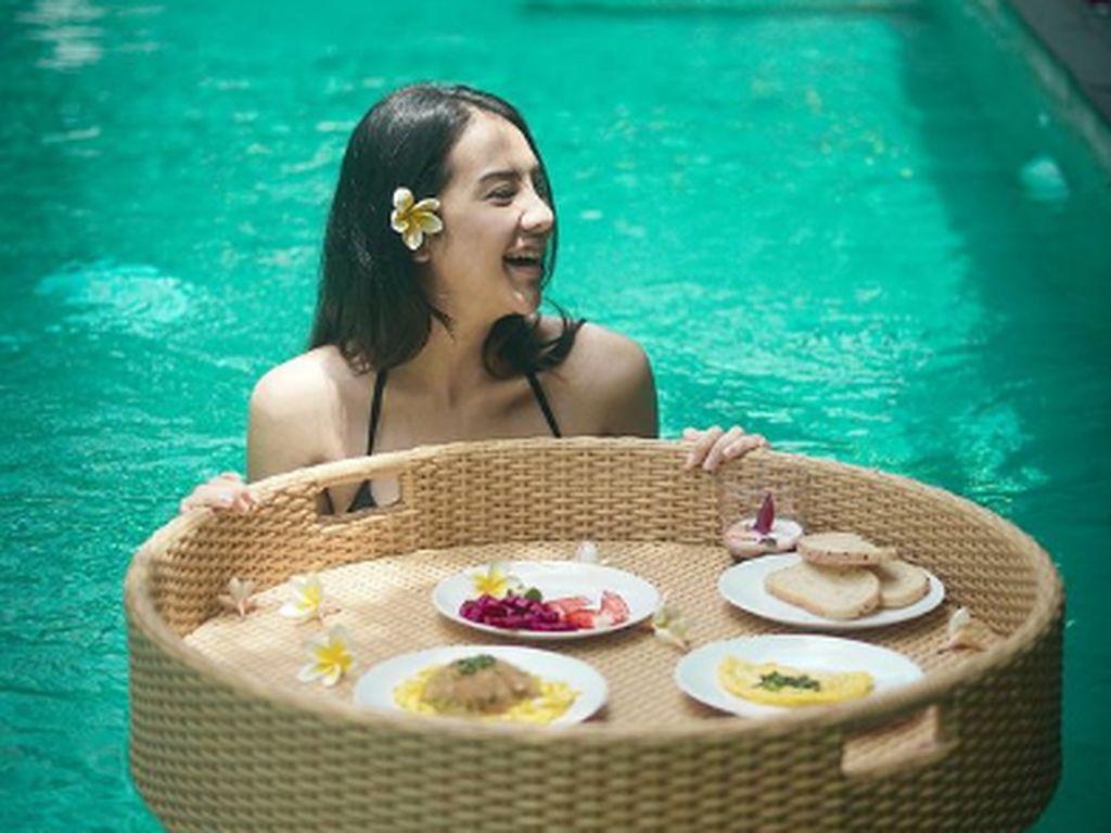 Pose Cantik Anya Geraldine Saat Minum Kopi dan Floating Breakfast
